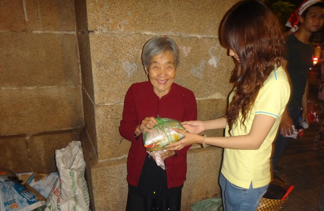Hành động đẹp của bạn trẻ Sài Gòn trong đêm Giáng sinh 7