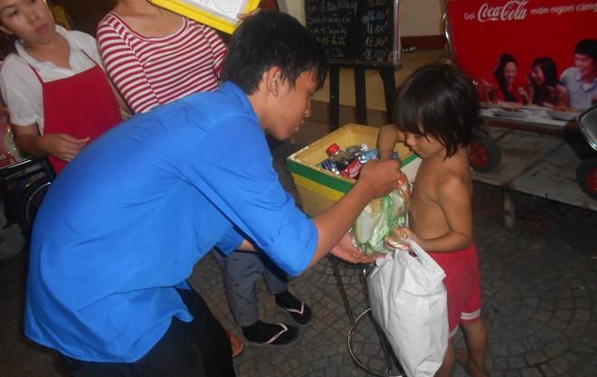 Hành động đẹp của bạn trẻ Sài Gòn trong đêm Giáng sinh 8