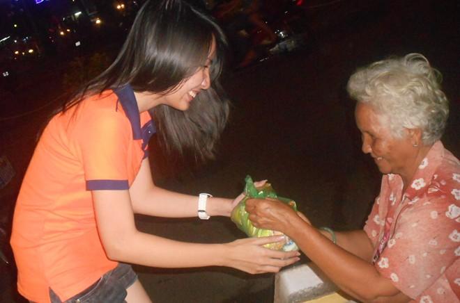 Hành động đẹp của bạn trẻ Sài Gòn trong đêm Giáng sinh 9