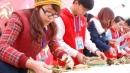 Sinh viên Hà Nội gói bánh chưng ủng hộ người nghèo
