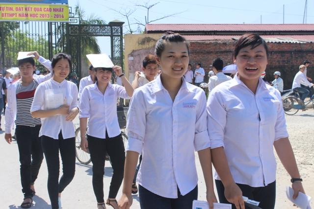 Nhiều thí sinh phấn khởi hoàn thành môn thi đầu tiên