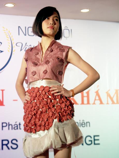Thời trang làm từ giấy do sinh viên ĐH Ngoại thương trình diễn