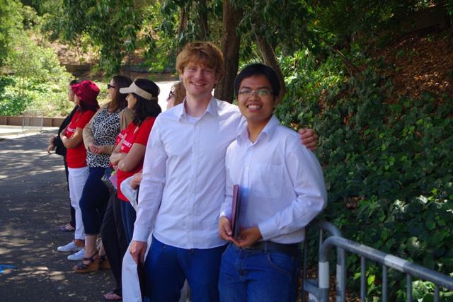 Hiếu (phải) tại buổi lễ nhận giải thưởng Luận văn Khoa học máy tính xuất sắc nhất Khoá 2015 của ĐH Stanford