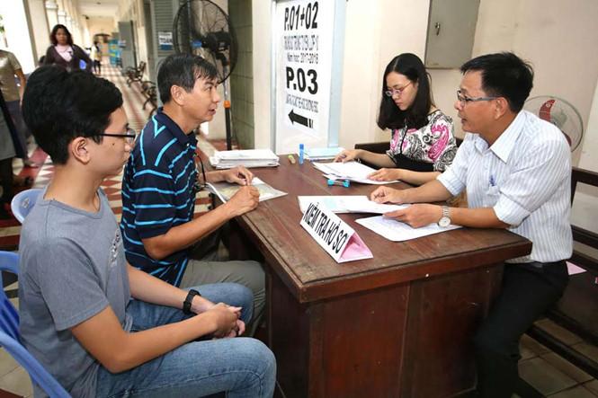 Phụ huynh và thí sinh trúng tuyển vào lớp 10 Trường THPT chuyên Lê Hồng Phong (TP.HCM) nộp hồ sơ nhập học  /// Ảnh: Ngọc Dương