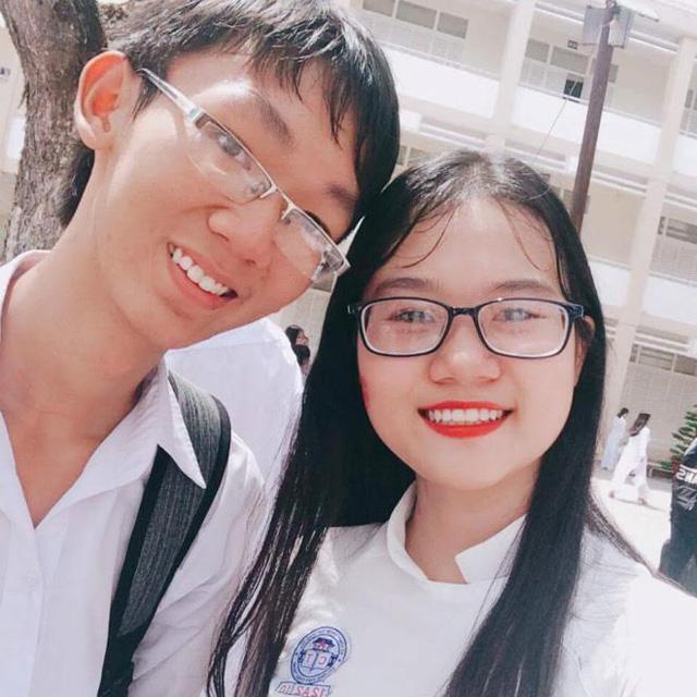 Thủ khoa Lê Văn Trọng (trái) và bạn cùng trường.