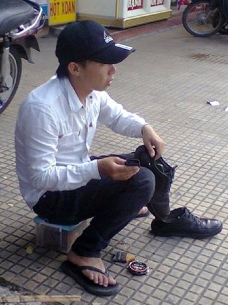 cậu sinh viên làm bóng đôi giày với tất cả lòng tự trọng.